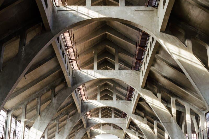 Hala Targowa o centro commerciale tradizionale a Wroclaw, Polonia Dentro la vista delle pareti e del tetto ha fatto di calcestruz fotografia stock libera da diritti