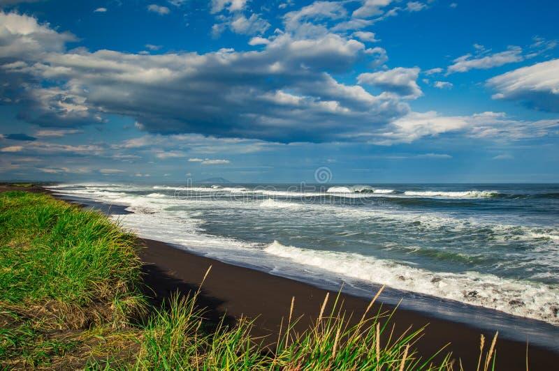 Halaktyr strand kamchatka Rysk federation För mörker för svartfärg nästan strand för sand av Stilla havet Stenberg och royaltyfri bild