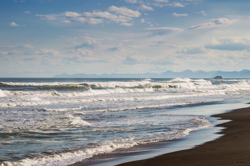 Halaktyr strand kamchatka Rysk federation För mörker för svartfärg nästan strand för sand av Stilla havet Stenberg och royaltyfri fotografi