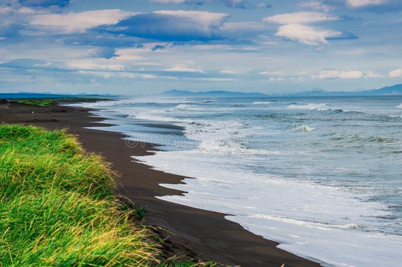 Halaktyr strand kamchatka Rysk federation För mörker för svartfärg nästan strand för sand av Stilla havet Stenberg och royaltyfria bilder