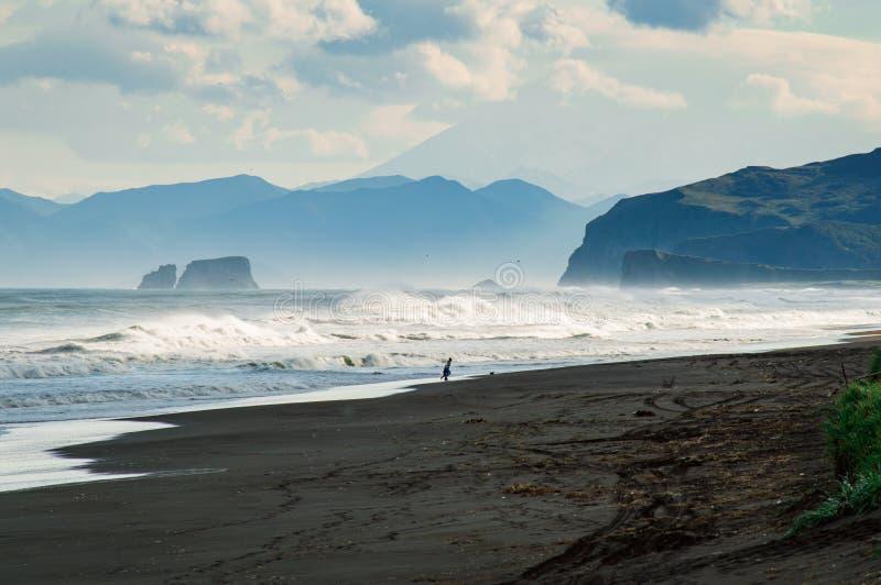 Halaktyr strand kamchatka Rysk federation För mörker för svartfärg nästan strand för sand av Stilla havet Stenberg och royaltyfria foton