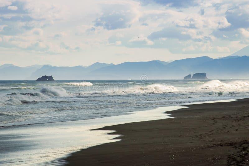 Halaktyr strand kamchatka Rysk federation För mörker för svartfärg nästan strand för sand av Stilla havet Stenberg och royaltyfri foto