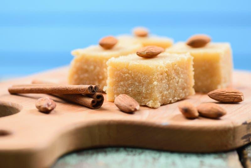 Halava, corte indiano dos sweetmeats da farinha nos quadrados decorados com al foto de stock royalty free