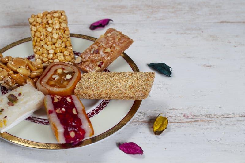 Halawet Al Mawlid - collection de sucreries et de bonbons de haricots sur la table en bois images stock