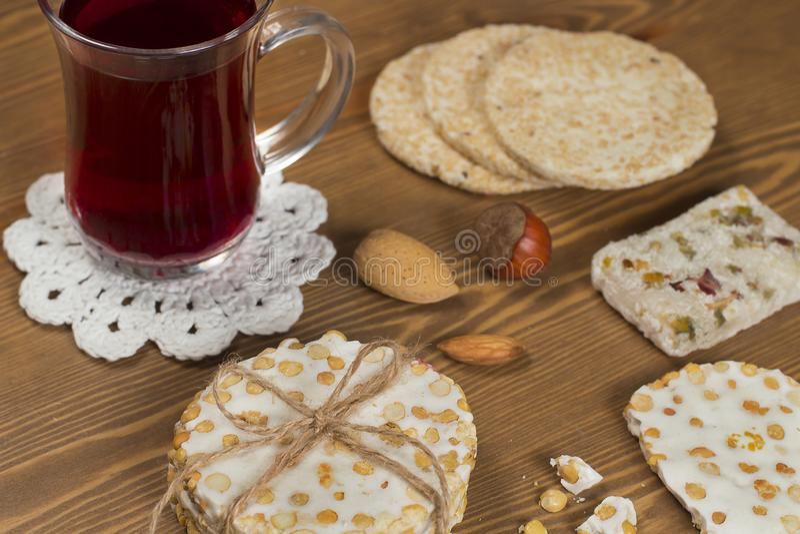 Halawet Al Mawlid Al Nabawi - collection de sucreries et de bonbons avec la tasse de thé - dessert égyptien de culture habituelle photos libres de droits