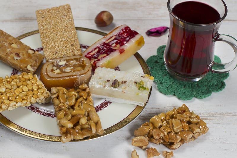 Halawet Al Mawlid Al Nabawi - collection de sucreries et de bonbons avec la tasse de thé - dessert égyptien de culture habituelle photographie stock libre de droits
