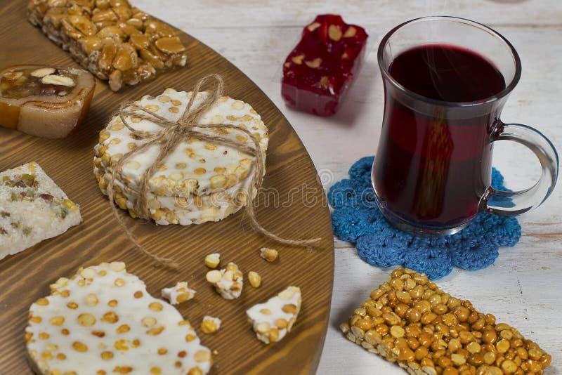 Halawet Al Mawlid Al Nabawi - collection de sucreries et de bonbons avec la tasse de thé - dessert égyptien de culture habituelle image libre de droits
