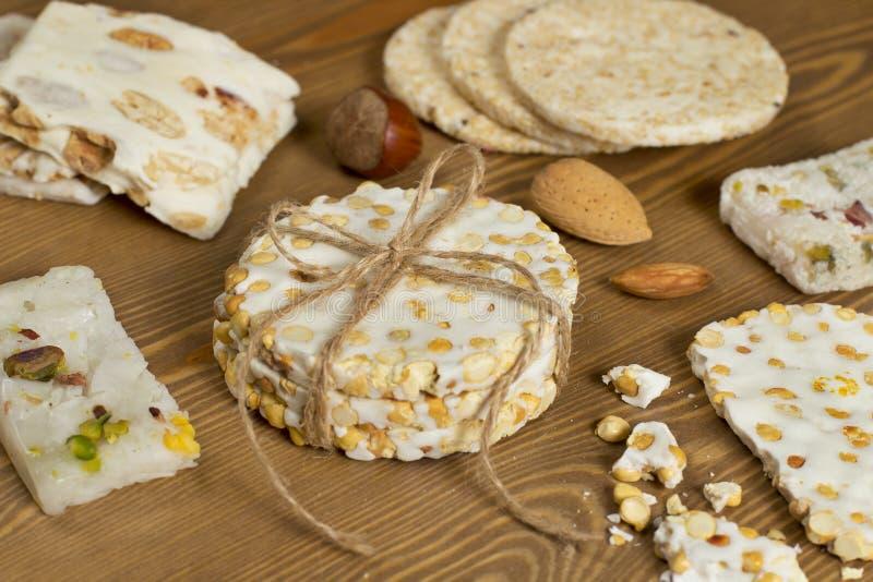Halawet Al Mawlid - Sammlung Bohnen-Süßigkeiten und Bonbons auf Holztisch lizenzfreie stockbilder