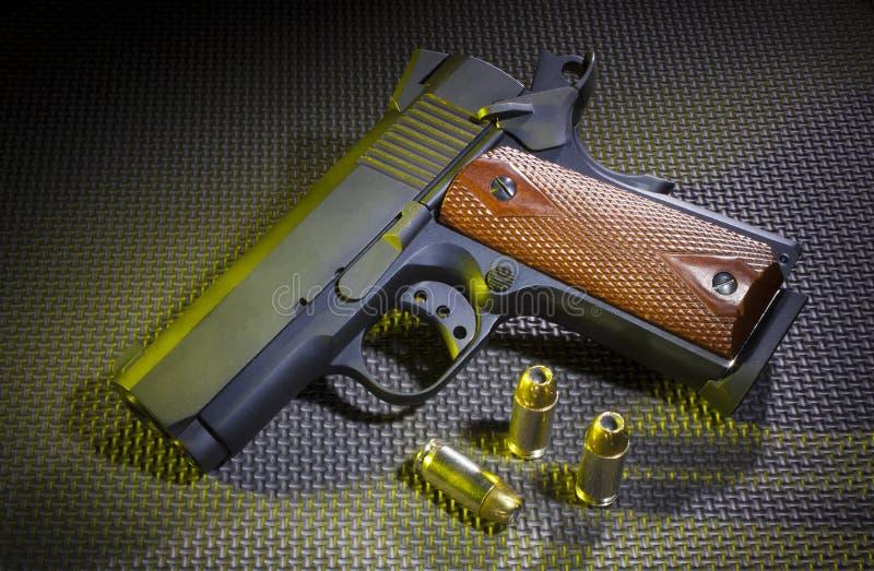 Halb automatische Pistole mit Munition lizenzfreies stockfoto