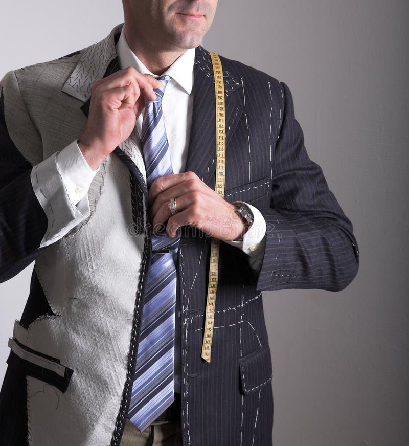 Halb-bereite, elegante maßgeschneiderte Klage und Mann lizenzfreies stockfoto
