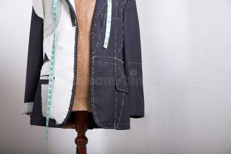 Halb-bereiter, eleganter maßgeschneiderter Anzug auf Kleiderstand stockfoto