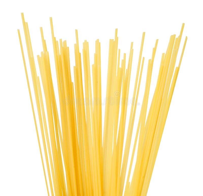 Halb ein Bündel Spaghettis auf einem weißen lokalisierten Hintergrund lizenzfreies stockfoto