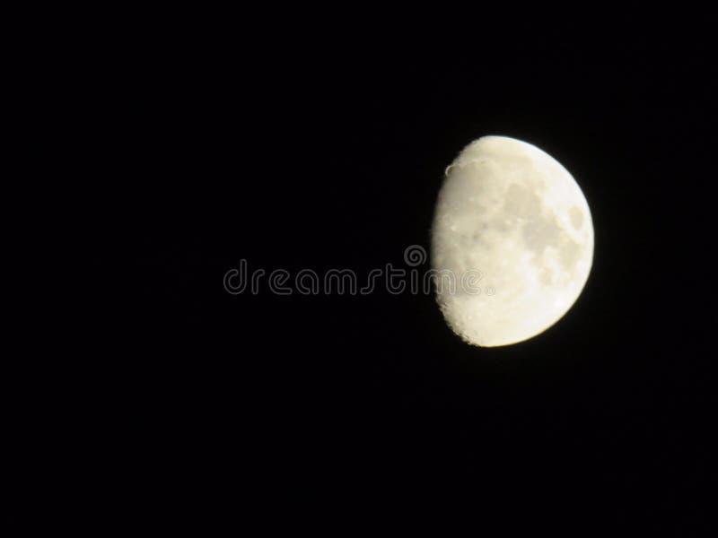 Halb ein Mond im nächtlichen Himmel im Oktober 2018 stockfotos