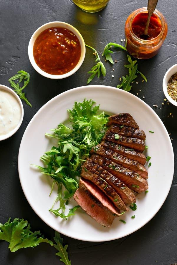Halb gares Rindfleisch des saftigen Steaks lizenzfreies stockbild