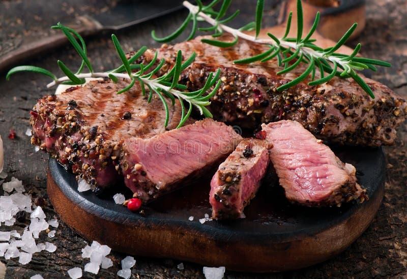 Halb gares Rindfleisch des saftigen Steaks stockfotos