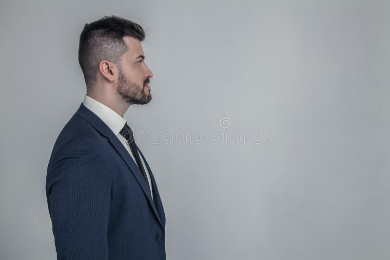 Halb-gesichtiger Seitenansichtabschluß des Profils herauf Porträt des ernsten fokussierten stilvollen modernen männlichen Kerls d lizenzfreies stockfoto