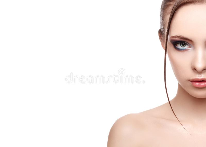 Halb-Gesichtsporträt der schönen empfindlichen Frau mit perfekter frischer sauberer Haut, nasser Effekt auf ihr Gesicht und Körpe stockfotos
