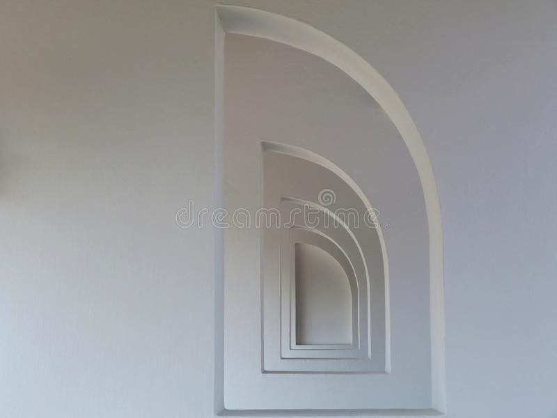 Halb gewölbte Fensteröffnungen im Stuck beendeten weiße Wände in vermindernder Perspektive stockbilder