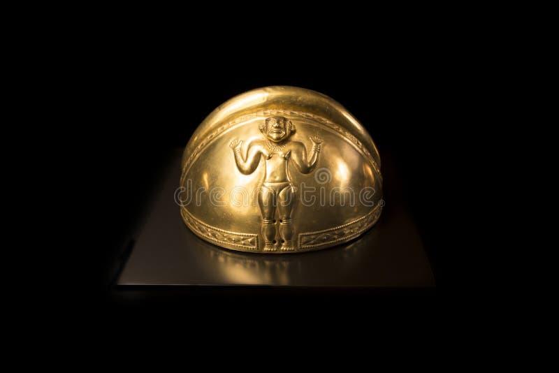 Halb-kugelförmiger Sturzhelm verziert mit Frauenfigur von Gold-Quimbayas-Schatz lizenzfreie stockfotos