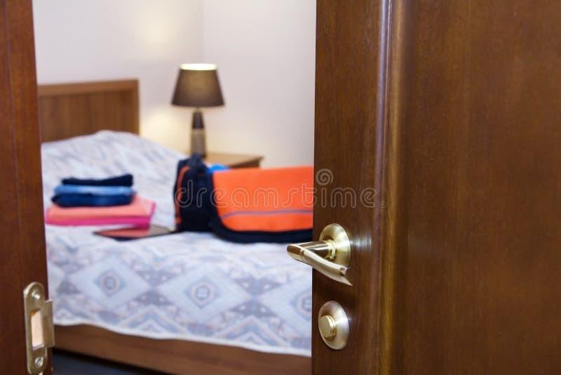 ... Halb Offen Die Tur Im Schlafzimmer Stockbild Bild 61491925 ...