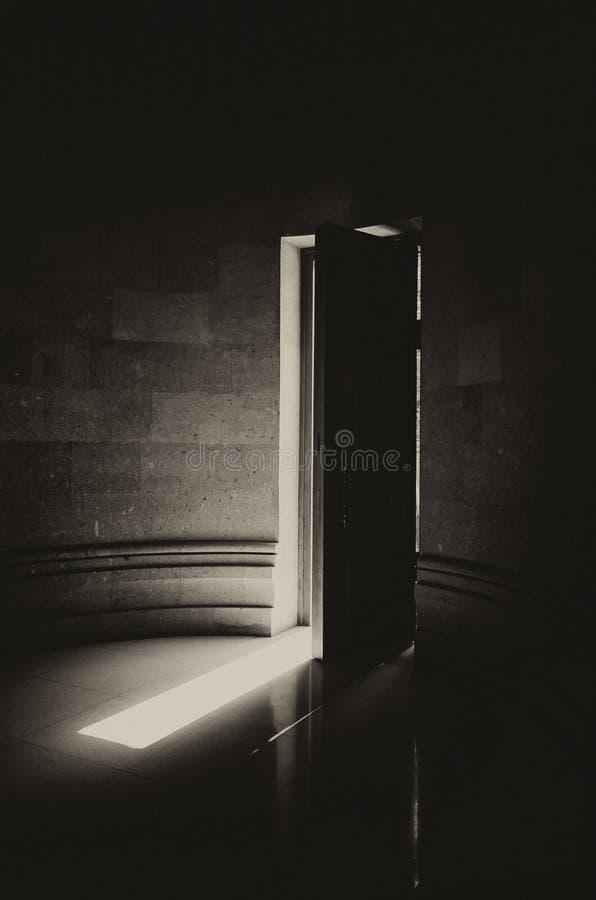 Halb offene Holztür einer christlichen Kirche lizenzfreies stockbild