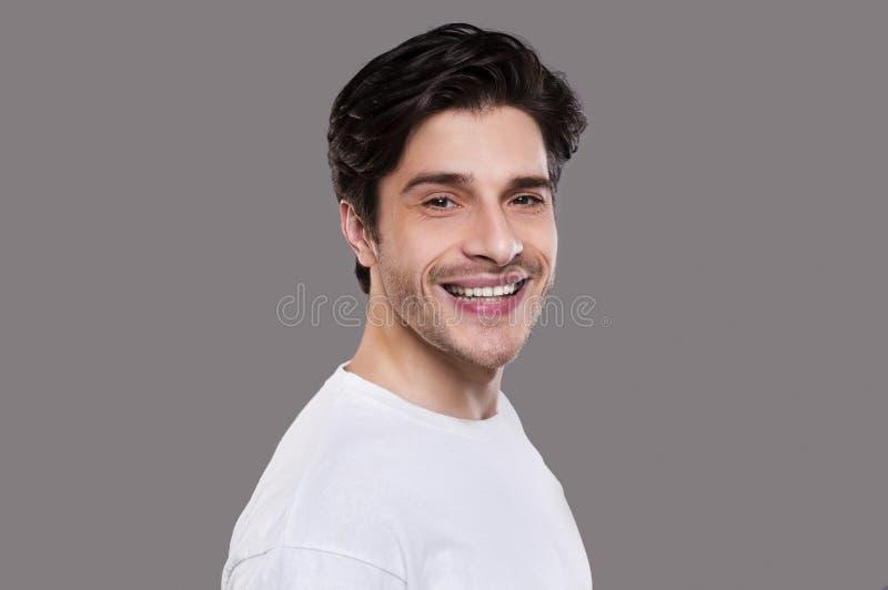 Halb Profilporträt des netten kaukasischen Kerls stockbilder