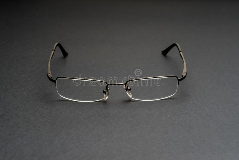 Halb randlose Brillen auf schwarzer Oberfläche stockfoto