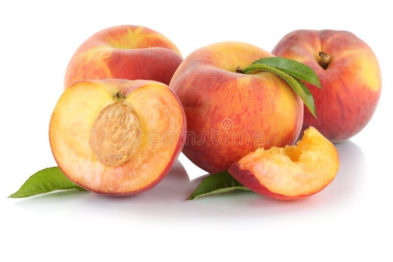 Halbe Frucht der Pfirsichpfirsich-Scheibe trägt die Blätter Früchte, die auf Weiß lokalisiert werden lizenzfreies stockbild