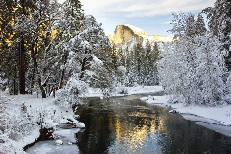 Halbe Haube über einem gefrorenen Merced Fluss stockfotos