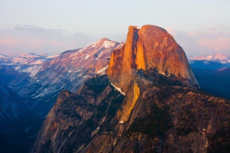 Halbe Haube am Sonnenuntergang in Yosemite lizenzfreie stockbilder