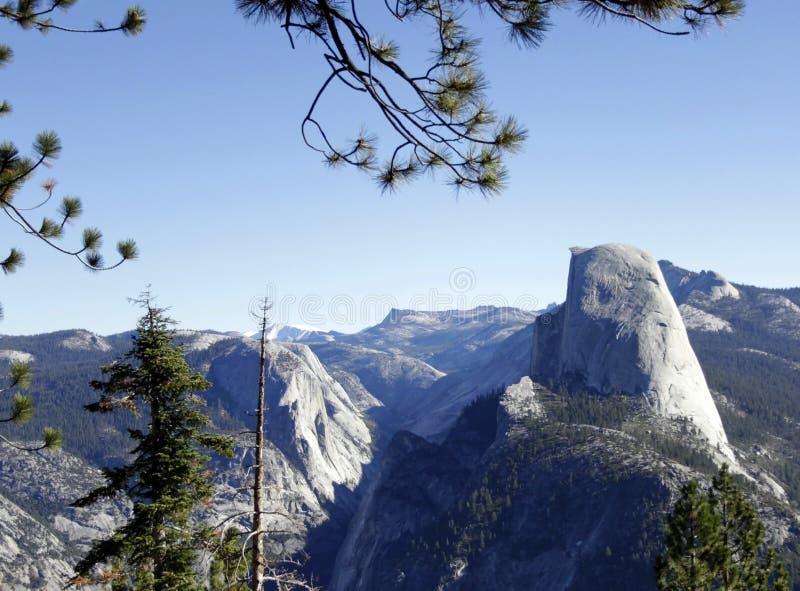 Halbe Haube und das Yosemite-Tal lizenzfreies stockfoto