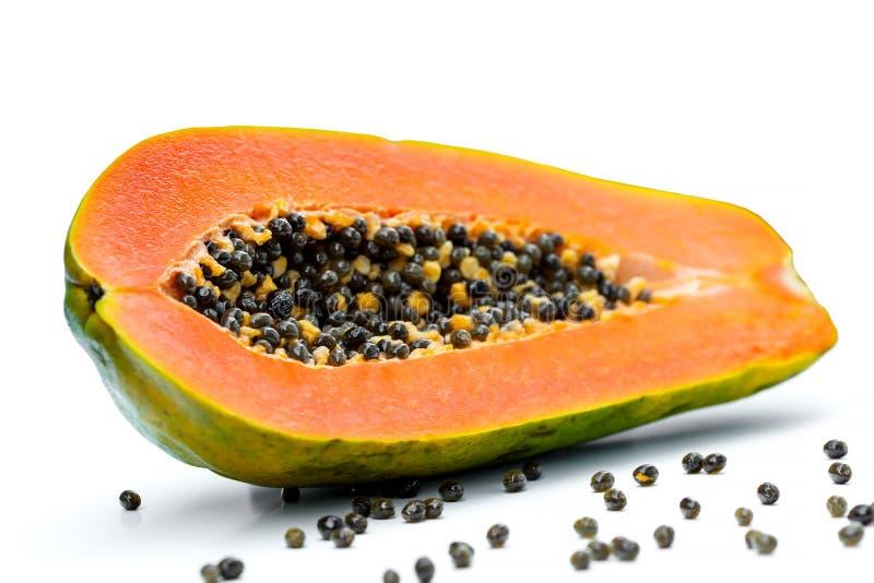 Halbe Papaya lokalisiert auf weißem Hintergrund stockfoto