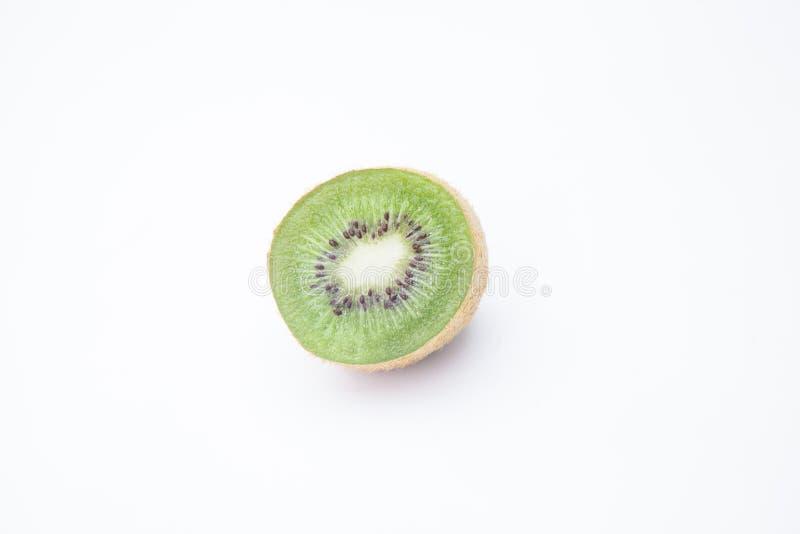 Halbe Scheibe der Kiwi und reife Kiwi auf weißem Hintergrund lizenzfreie stockfotos