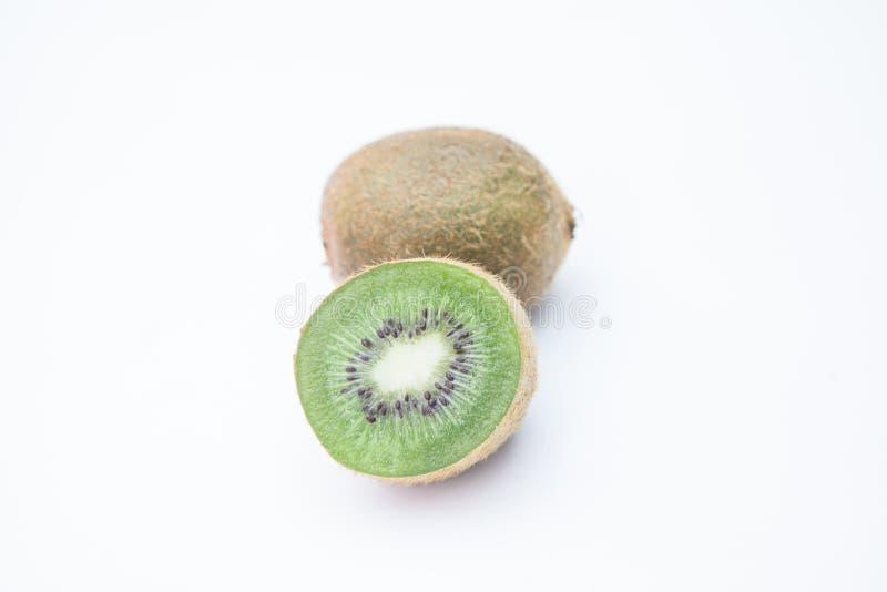 Halbe Scheibe der Kiwi und reife Kiwi auf weißem Hintergrund lizenzfreies stockfoto