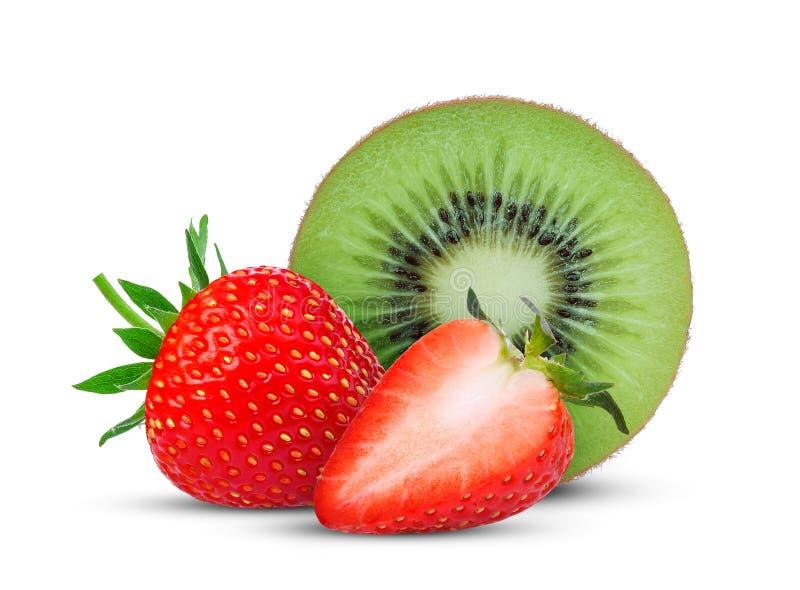 Halbe Schnittkiwi und frische Erdbeere lokalisiert auf Weiß stockbild