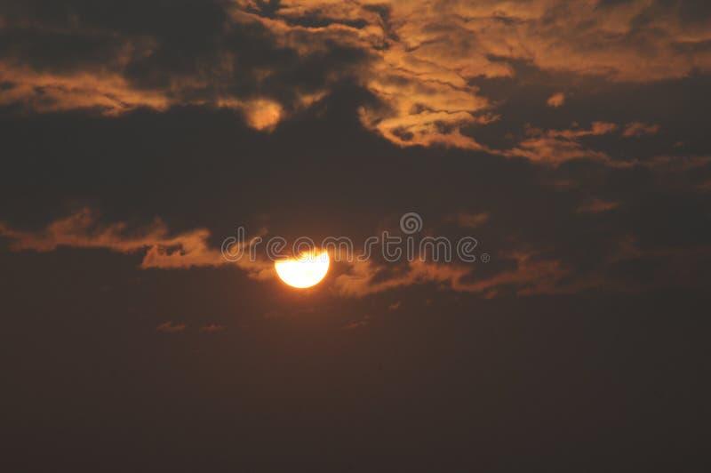 Halbe Sonne lizenzfreie stockbilder