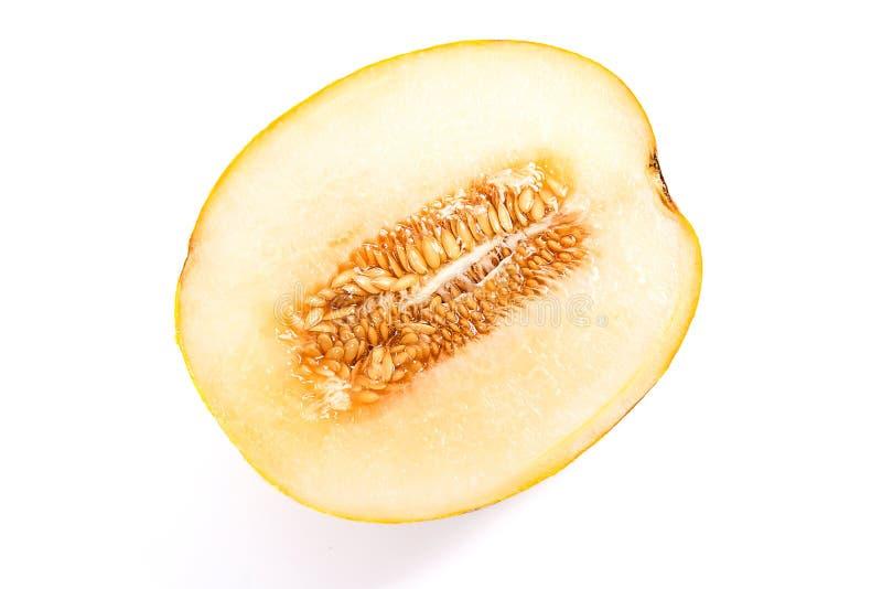 Halbe tropische Frucht der Blatthonigmelone lokalisiert auf einem weißen backgroun stockfotos