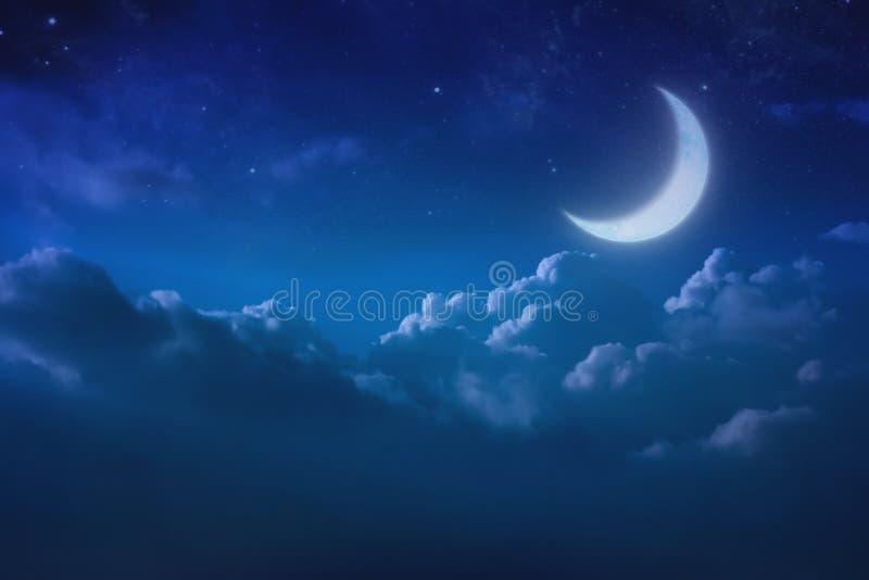 Halber blauer Mond hinter bewölktem auf Himmel und Stern nachts draußen lizenzfreie stockfotos