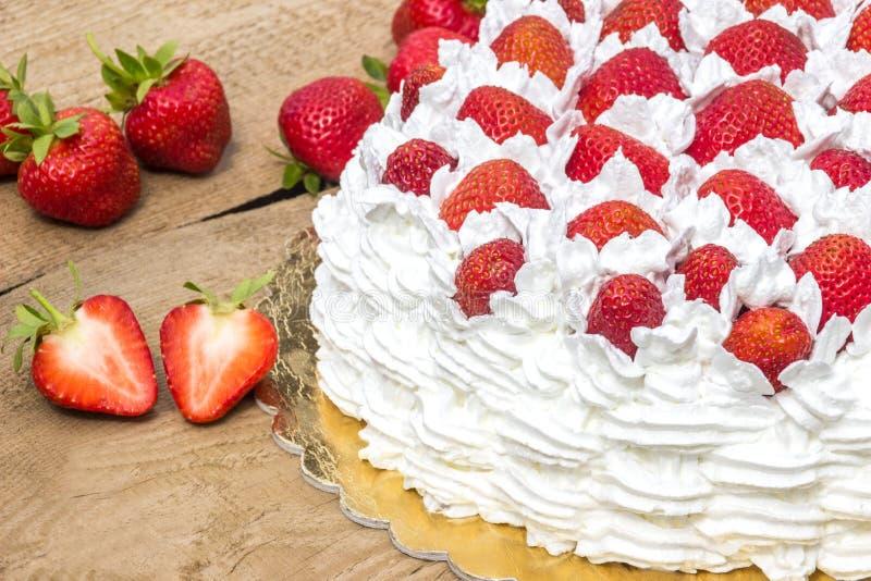 Halber Kuchen mit Erdbeersommerlichem Kuchen stockfotos