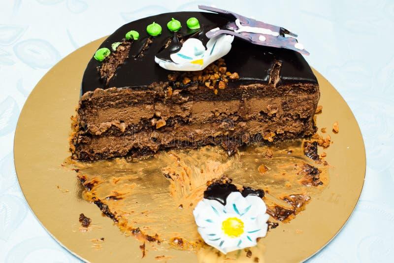 Halber Schokoladenkuchen lizenzfreie stockfotos