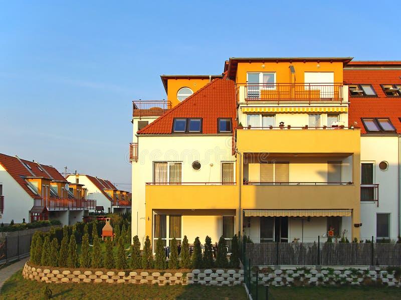Halbes freistehend Haus im Sonnenuntergang lizenzfreie stockbilder