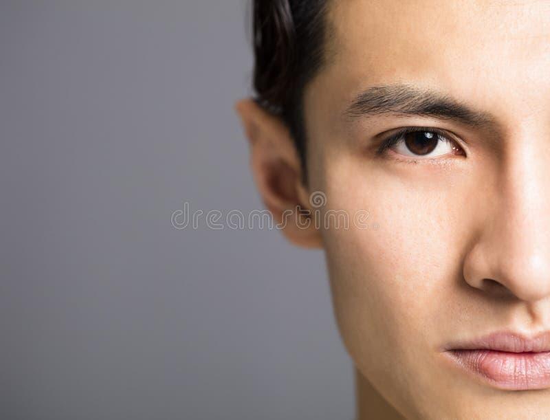 Halbes Gesicht von hübschen jungen Männern stockfoto