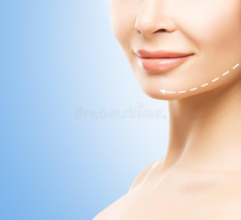 Halbes Gesichtsporträt der Nahaufnahme einer jungen, attraktiven Frau lizenzfreie stockfotos