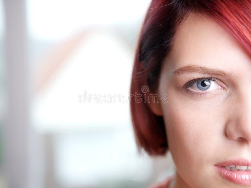 Halbes Gesichtsporträt einer schönen jungen Frau lizenzfreie stockfotos