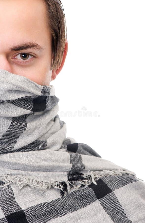 Halbes Gesichtsporträt eines männlichen Mode-Modells mit Schalbedeckungsgesicht lizenzfreies stockbild