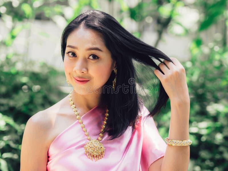 Halbes Körperporträt der thailändischen Frau im thailändischen traditionellen custume lizenzfreies stockbild
