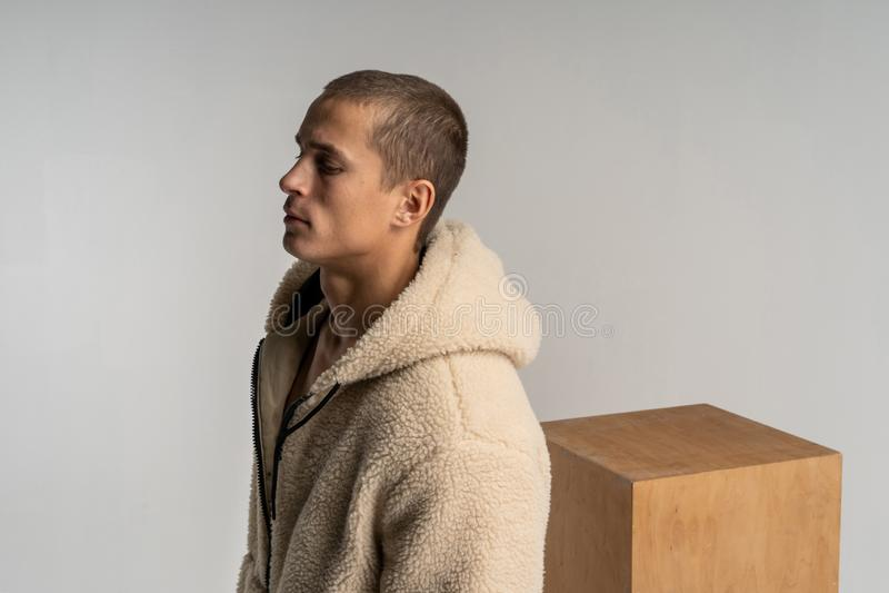 Halbes lengh Porträt des jungen gut aussehenden Mannes im sportwear mit kurzem Haarschnitt lizenzfreies stockbild