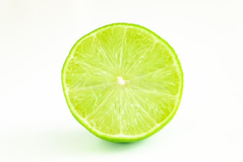 Halbes Lindgrün auf weißem Hintergrund lizenzfreies stockfoto