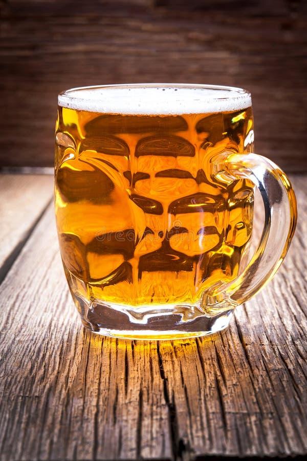 Halbes Liter Bier Auf Einem Holztisch Stockfoto - Bild von