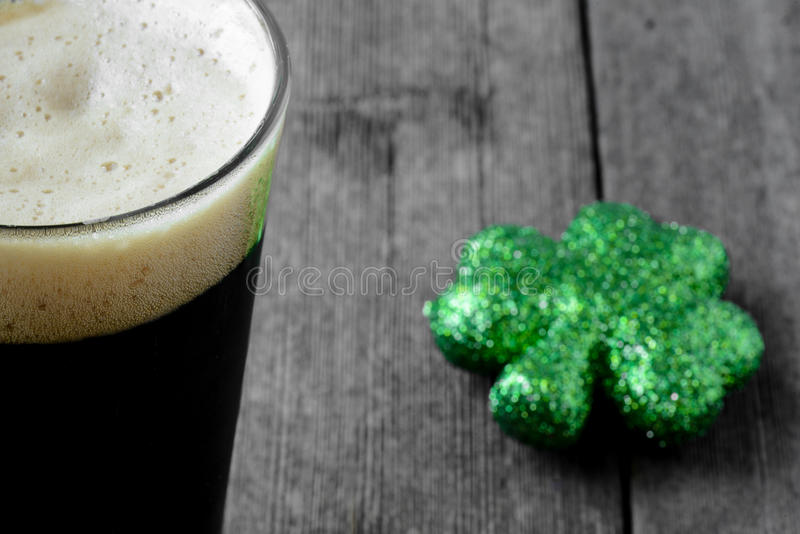 Halbes Liter Stout Bier mit grünem Shamrock lizenzfreies stockbild